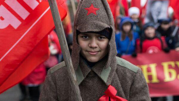 オムスクにて、十月革命の98周年にちなみ行進に参加した女性 - Sputnik 日本