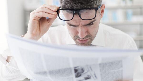 Мужчина читает газету - Sputnik 日本