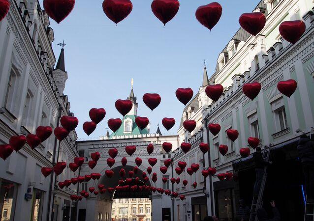 モスクワの中心部のトレチャコフ横丁 バレンタインデーにちなんだオーナメントで飾られた