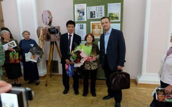(左から)通男さん、エミリヤさん、エミリヤさんの甥 - Sputnik 日本