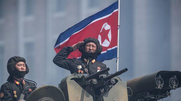 Военнослужащие на бронетранспортере во время военного парада, приуроченного к 105-й годовщине со дня рождения основателя северокорейского государства Ким Ир Сена, в Пхеньяне - Sputnik 日本