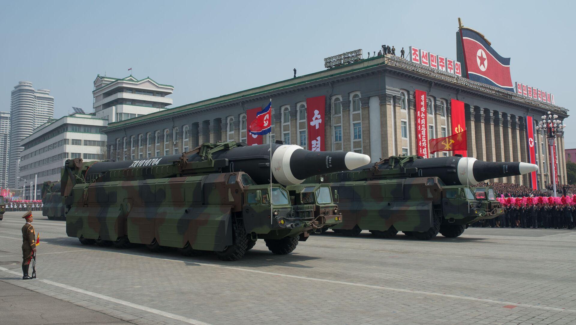 Пусковые установки баллистических ракет средней дальности Nodong Корейской народной армии во время парада на 105-ю годовщину со дня рождения Ким Ир Сена - Sputnik 日本, 1920, 29.09.2021