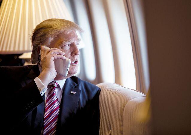トランプ大統領「個人用携帯電話を持っていない」