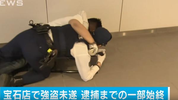 警察官が容疑者を追う - Sputnik 日本