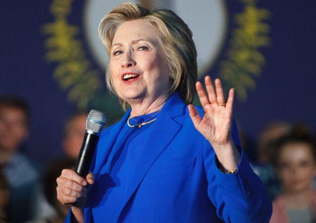 ヒラリー・クリントン氏、耳当て付ロシア帽を持って大学で演説【動画】