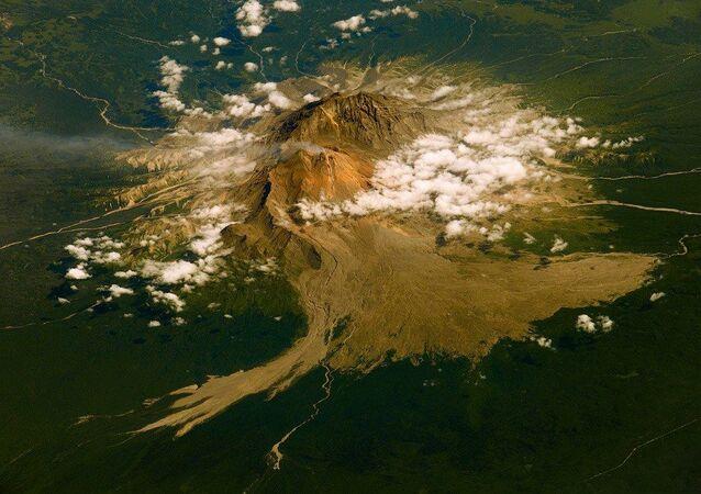 カムチャツカ シベルチ火山が8000メートルの噴煙を噴き上げる