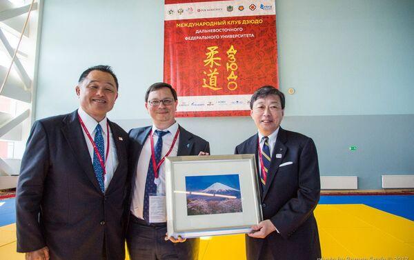山田学長から富士山と桜の写真を贈呈 - Sputnik 日本