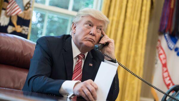 Президент Дональд Трамп во время разговору по телефону. Архивное фото - Sputnik 日本