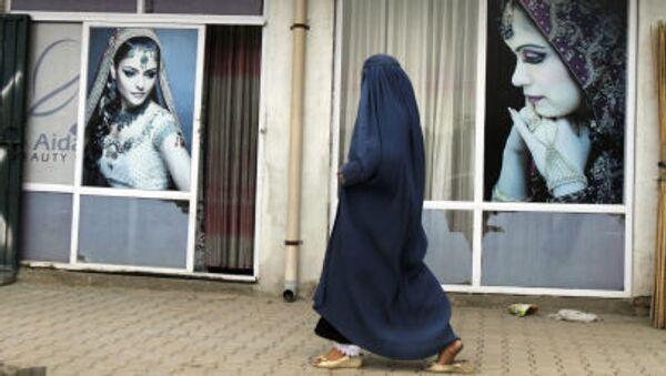 Афганская женщина в парандже проходит мимо салона красоты в Кабуле - Sputnik 日本