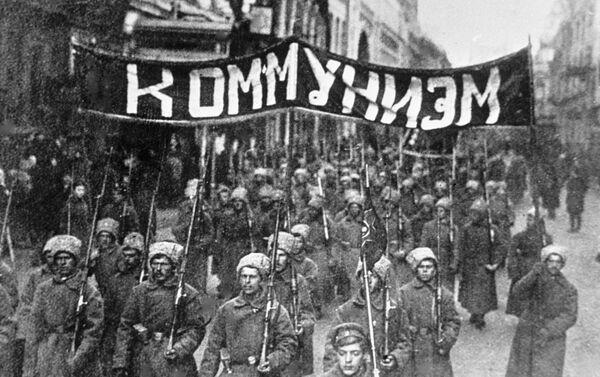1917年モスクワ 革命に賛同し「共産主義」のスローガンを掲げた兵士らの隊列が中心部ニコリスク通りを行進 - Sputnik 日本