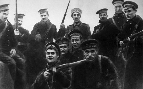 1917年10月ペトログラード(*) 冬宮殿突入に参加した水兵たち *編集部注:現サンクトペテルブルク。1914年から24年までの呼称。 - Sputnik 日本