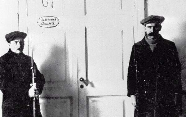 1917年ペトログラード スモールヌィ女学院内に設置したレーニンの書斎を護衛する哨兵 - Sputnik 日本