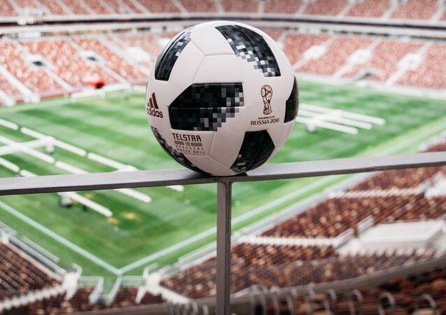 メッシがモスクワで2018年W杯公式球を紹介