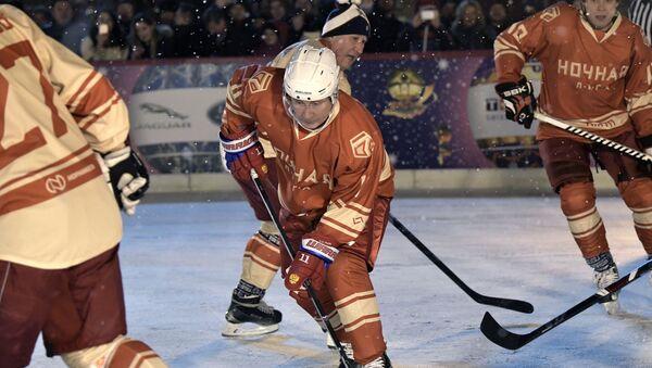 Президент РФ Владимир Путин во время матча Ночной хоккейной лиги на Гум-катке - Sputnik 日本