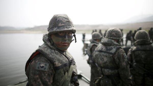 Южнокорейских солдат во время совместных учений США и Южной Кореи вблизи демилитаризованной зоны  - Sputnik 日本