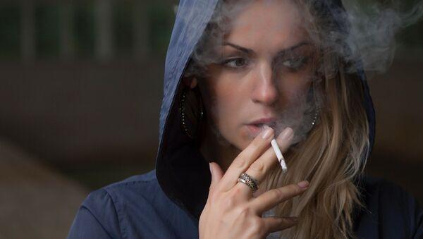 タバコを吸っている女性 - Sputnik 日本