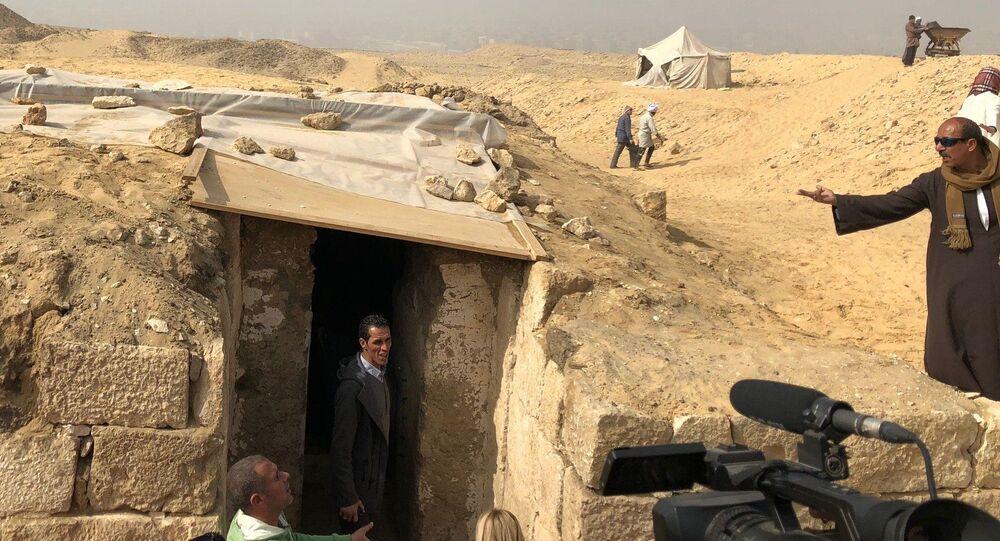 役人の古代の墓