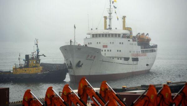 Северокорейское грузопассажирское судно Man Gyong Bong в порту Владивостока - Sputnik 日本