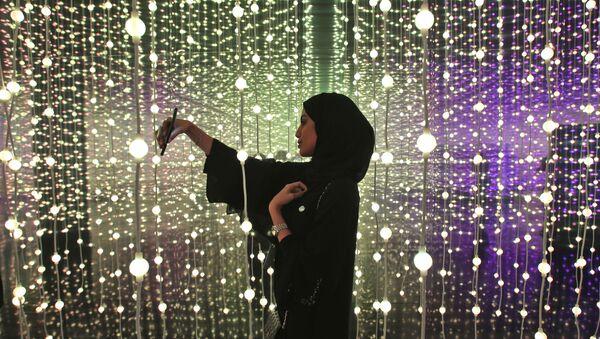 Женщина делает селфи на выставке «Край правительства» в Музее будущего в Дубае, ОАЭ - Sputnik 日本