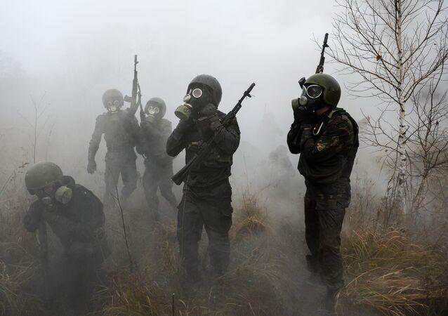 防毒マスクをつけた軍人