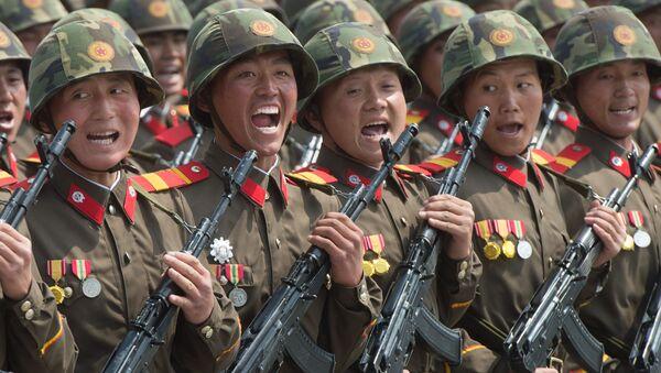 Военнослужащие во время парада, приуроченного к 105-й годовщине со дня рождения основателя северокорейского государства Ким Ир Сена, в Пхеньяне - Sputnik 日本