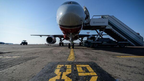 モスクワのドモジェドボ空港で離陸滑走時の飛行機から煙 - Sputnik 日本