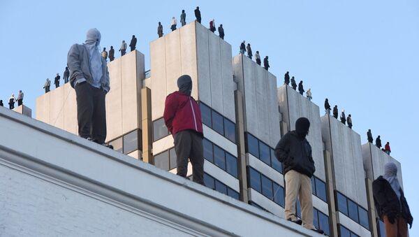 84 скульптуры мужчин, которые будто собираются спрыгнуть с небоскреба в Лондоне - Sputnik 日本