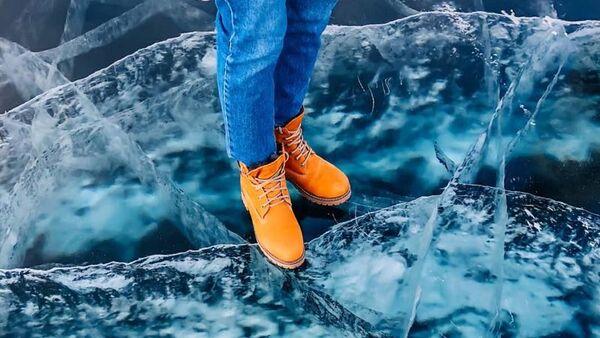 バイカル湖に張った氷が割れてロシア人旅行者が転落 「水浴」の様子を撮影 - Sputnik 日本