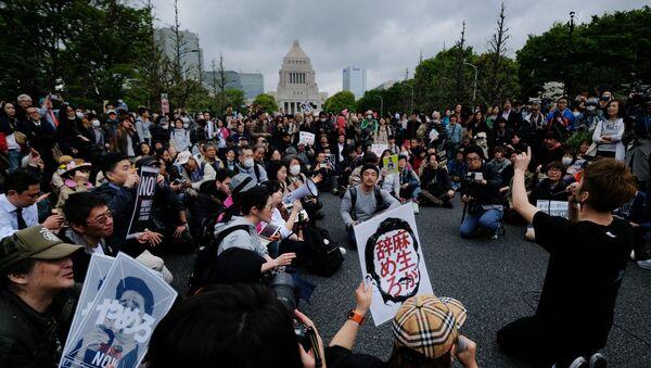 Демонстрация за отставку премьер-министра Японии Синдзо Абэ в Токио - Sputnik 日本