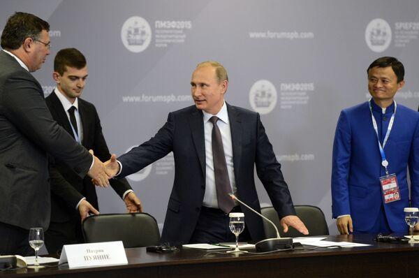 プーチン大統領はワーキングランチで外国の大手企業経営者、実務団体代表らと会談した。経営者らは会談に満足した - Sputnik 日本