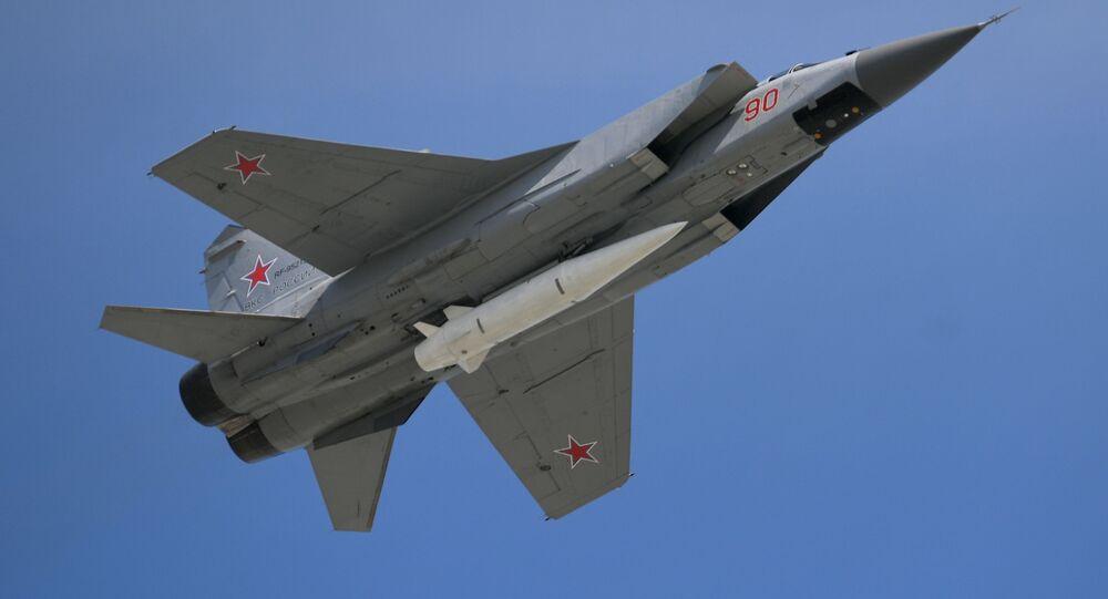 極超音速ミサイル「キンジャール」を搭載したロシアの迎撃戦闘機「ミグ31S」