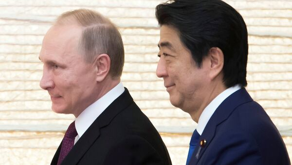 Vladimir Putin, Russia's president, and Shinzo Abe, Japan's prime minister, arrive for a working lunch at the prime minister's official residence in Tokyo, Japan, on Friday, Dec. 16, 2016. - Sputnik 日本