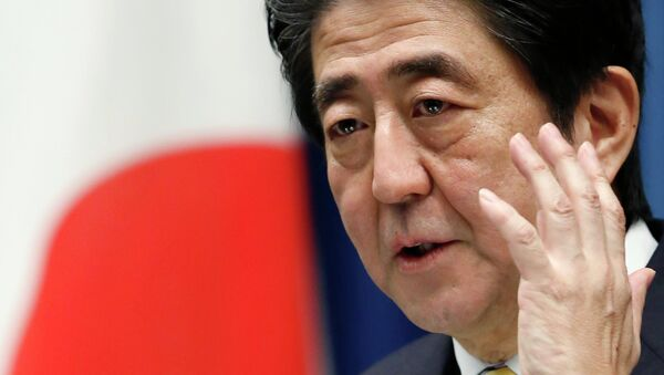Japan's Prime Minister Shinzo Abe attends a news conference at his official residence in Tokyo November 21, 2014 - Sputnik 日本