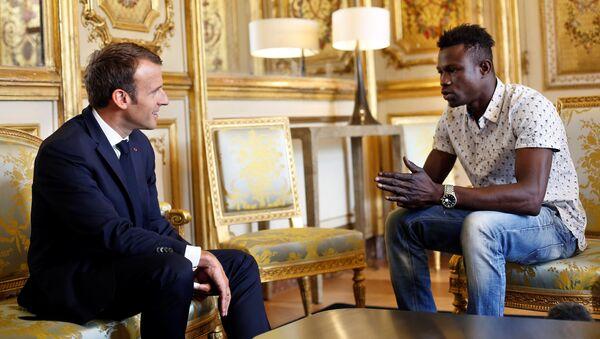 Президент Франции Эммануэль Макрон и выходец из Мали Мамуду Гассама во время встречи - Sputnik 日本