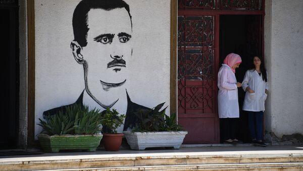 Аортрет Башара Асада у входа на молочный завод в Хомсе - Sputnik 日本