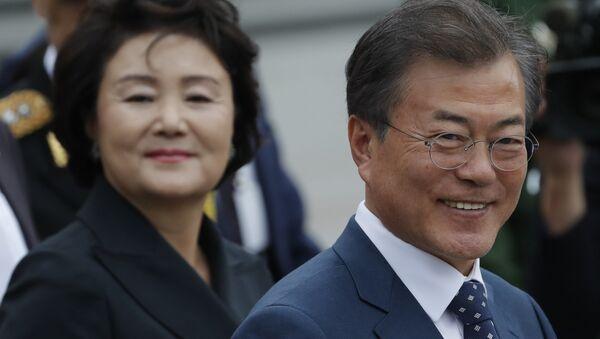 El presidente de Corea del Sur, Moon Jae-in y su esposa Kim Jung-sook durante su visita oficial en Rusia - Sputnik 日本