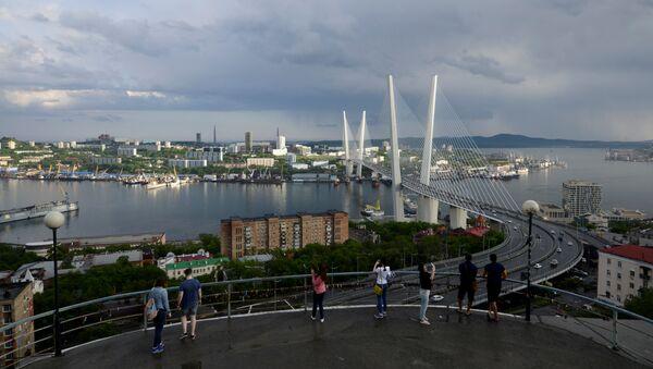 People watch a bridge over the Golden Horn bay from a viewpoint in Vladivostok, Russia, June 8, 2017 - Sputnik 日本