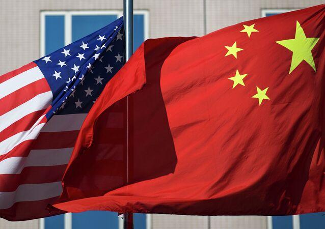 中国と米国の旗(アーカイブ写真)