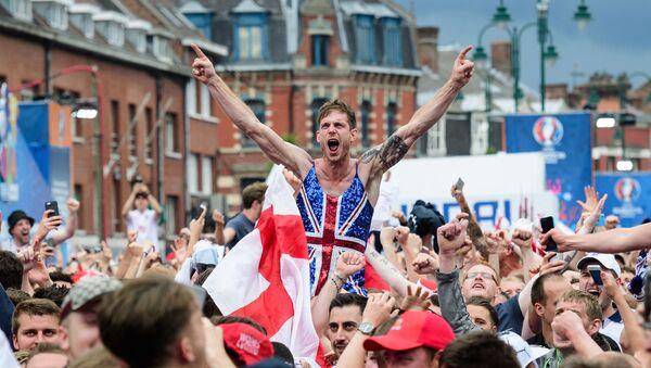 Английские футбольные фанаты празднуют победу сборной Англии над сборной Уэльса во время Чемпионата Европы по футболу 2016 во Франции - Sputnik 日本