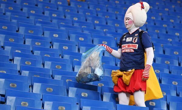 試合終了後、ゴミを片付ける日本代表ファン - Sputnik 日本