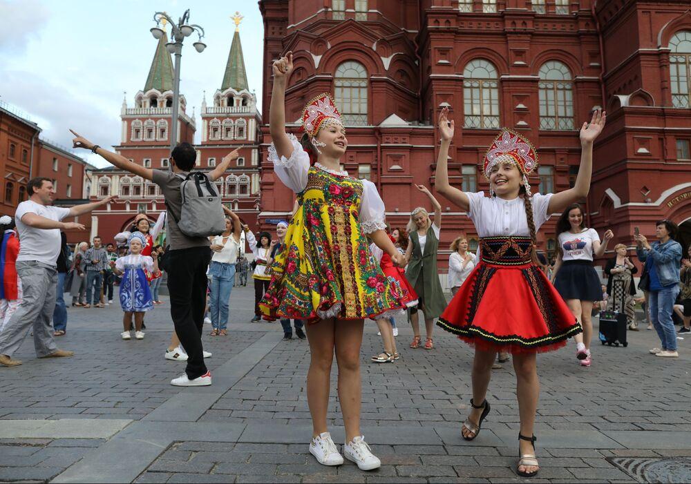 踊るサポーターたち、モスクワ