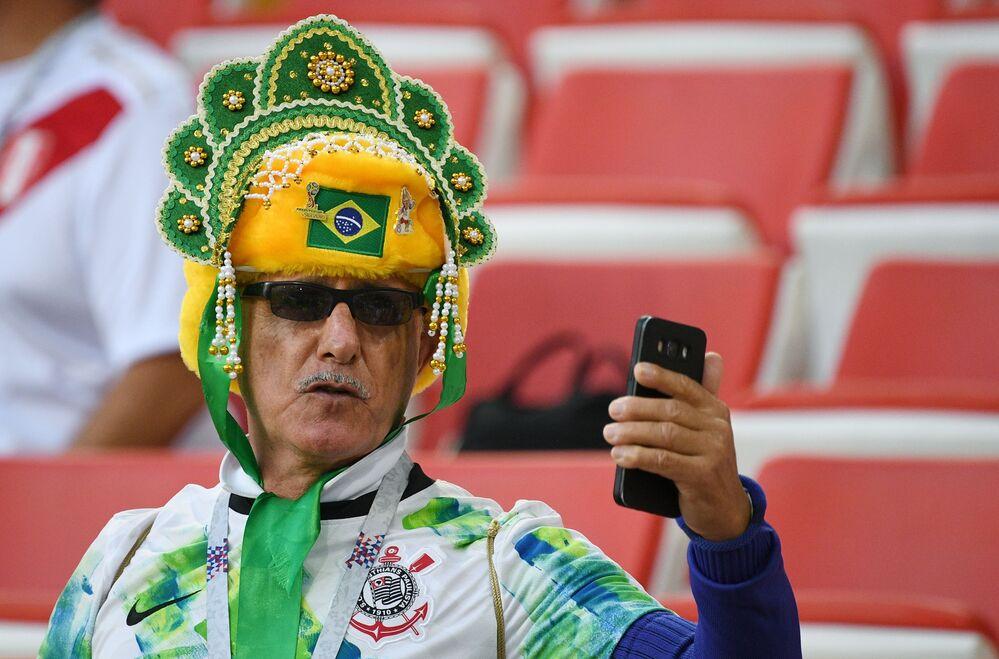 ココーシュニクを着けて自撮りするブラジル代表のファン