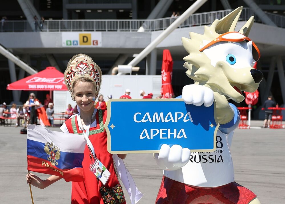 サッカーW杯ロシア大会の公式マスコット、オオカミの「ザビワカ」と写真を撮ってもらう少女