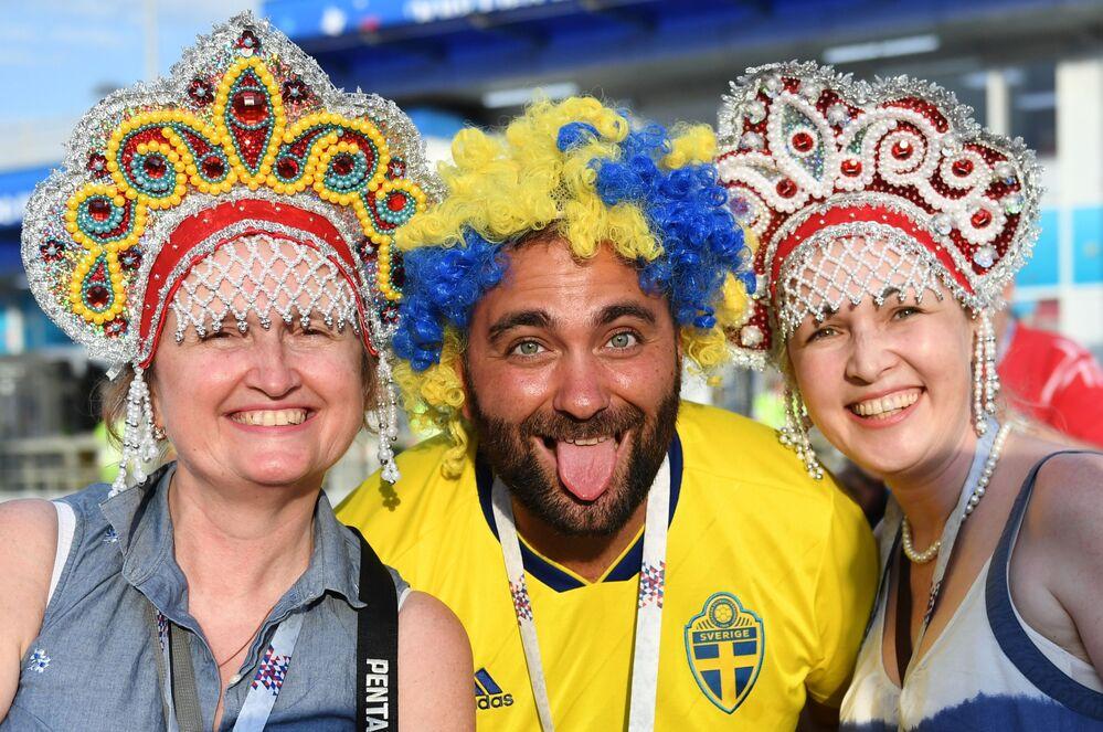 試合前に喜びの表情を見せるサポーターたち