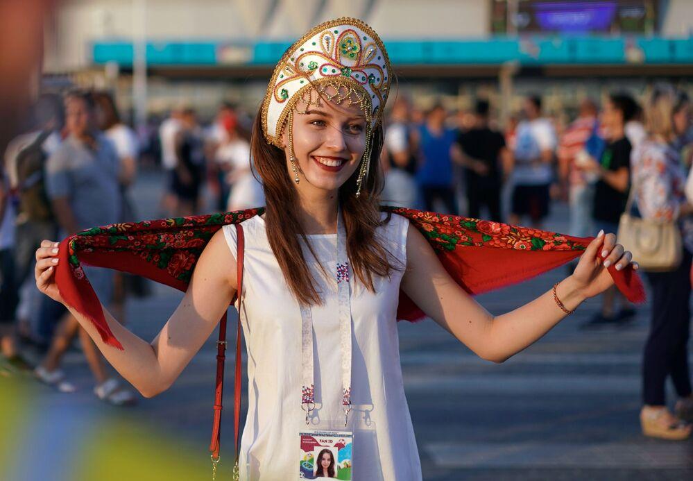 ココーシュニクを着け、伝統的なプラトークを肩に掛けたロシア代表のファン