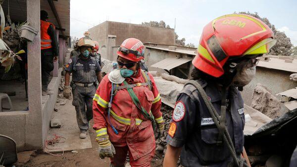 Rescatistas en un lugar afectado por la erupción del volcán de Fuego en San Juan Alotenango, Guatemala - Sputnik 日本
