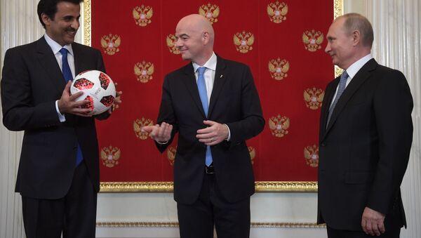 Эмир государства Катар шейх Тамим бен Хамад Аль Тани, президент FIFA Джанни Инфантино и президент России Владимир Путин на церемонии символической передачи Катару полномочий на проведение чемпионата мира по футболу FIFA 2022 года - Sputnik 日本