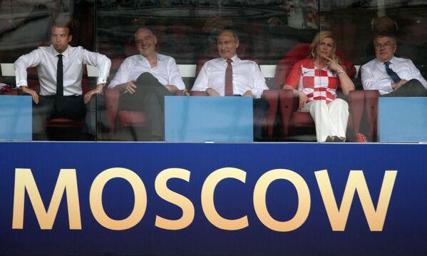 プーチン大統領、マクロン仏大統領、FIFAのインファンティノ会長、国際オリンピック委員会のバッハ会長、クロアチアのグラバル=キタロヴィッチ大統領が決勝戦を観戦している - Sputnik 日本