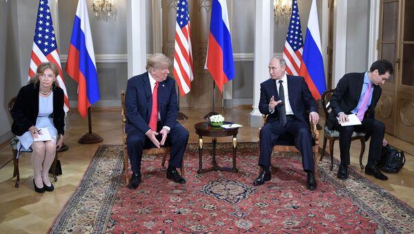 Президент РФ Владимир Путин и президент США Дональд Трамп (второй слева) во время встречи в президентском дворце в Хельсинки - Sputnik 日本