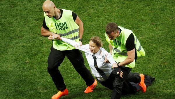 Охрана задерживает активистку Pussy Riot во время финального матча чемпионата мира по футболу между сборными Франции и Хорватии - Sputnik 日本